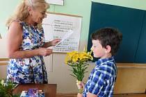 Tomáš Zelinger donesl za vysvědčení své paní učitelce Ludmile Říhové žluté lilie.