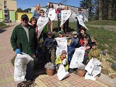 Sedmnáct dobrovolníků se zapojilo v Chlumu u Třeboně do akce Ukliďme Česko.