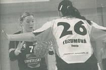 Zuzana Kohoutová patřila k dlouholetým oporám jindřichohradeckých házenkářek. Na snímku z derby s Pískem v sezoně 2009/2010 se snaží prosadit přes Ivetu Luzumovou.