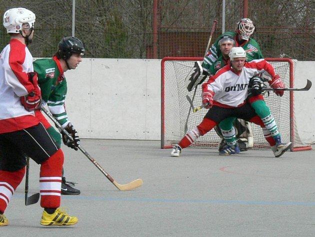O dramatické okamžiky nebyla ve čtvrtfinálové sérii první hokejbalové ligy mezi Olympem J. Hradec a Dranrebem N. Včelnice nouze, o čemž svědčí i náš snímek.