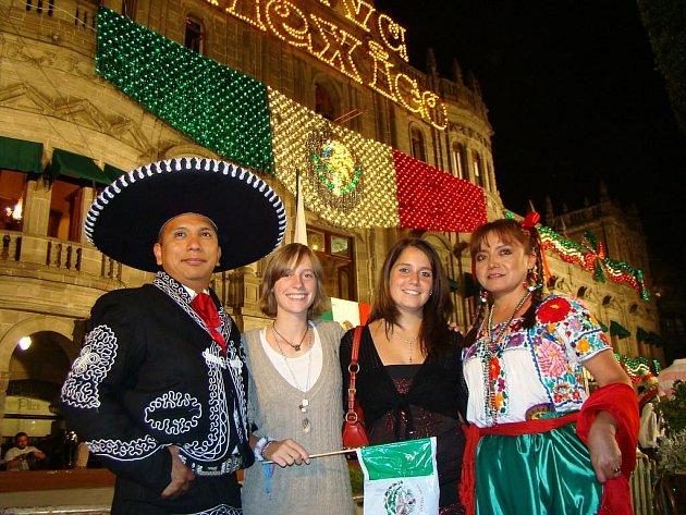 Hana Horáková na snímku z Mexika stojí druhá zprava.