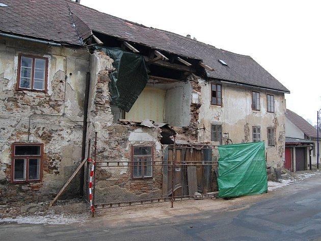 Zchátralý dům v Mlýnské ulici v J. Hradci jeho majitel zčásti uboural.