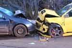Ve středu pozdě odpoledne se v Domaníně u Třeboně střetla dvě osobní auta. Řidič ve fordu zraněním na místě podlehl.