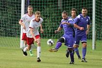 Fotbalisté Kardašovy Řečice (v bíločervených dresech) zvítězili v 6. kole I.B třídy v Horním Žďáru na hřišti nováčka soutěže 2:1.