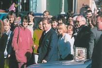 V DAČICÍCH prošel Václav Havel parkem Pod Lipkami a špalírem občanů do městského kulturního střediska, kde se setkal se 33 starosty a zástupci samospráv.