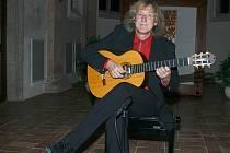 KAPLÍ ZNĚLA KYTARA. Lubomír Brabec dokázal, že je mistrem ve hře na kytaru. Posluchači si tak vyslechli několik různých skladeb, které jim přiblížily kytaru jako vynikající koncertní nástroj.