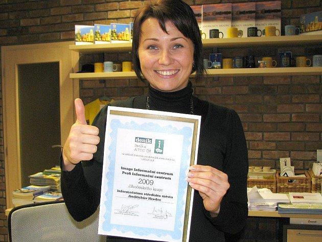 Informační středisko v Jindřichově Hradci bylo zvoleno v soutěži Deníku jako nejlepší v celém Jihočeském kraji. Pro lidi je otevřeno už od roku 1995. Zaměstnanci mají z ocenění velkou radost, na snímku je pracovnice Marcela Štolbová.