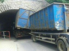 Pohled na kamion zaklíněný pod viaduktem v Českých Velenicích.