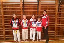 Členové klubu Okinawa Karate Do Slovan J. Hradec. Zleva: Jiří Snížek, Karolína Šlechtová, Jana Stropková, Anna Rypalová a trenérka Eliška Hriadělová.