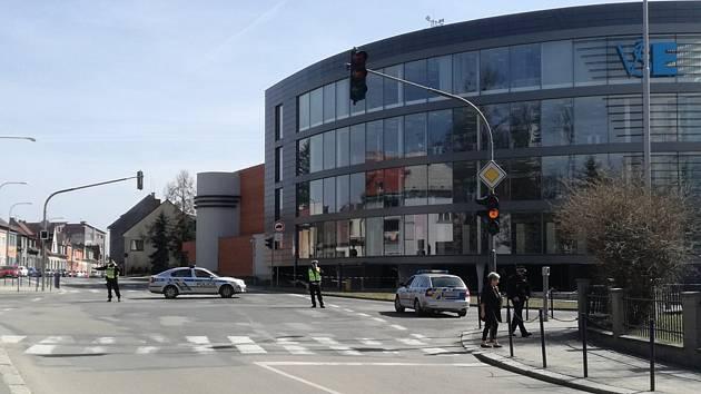 Policejní zásah u jindřichohradecké budovy Fakulty managementu VŠE.