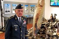 Válečný pilot Emil Boček na prohlíce expozice Bitvy nad Jindřichovým Hradcem v Muzeu Jindřichohradecka.