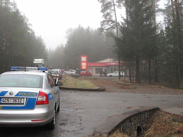 Policejní přestřelka v Halámkách, kde se zlodeji vloupali do free shopu na hranicích.