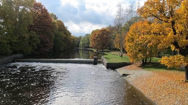 Pohled z mostu ze Suchdola do Tuště.