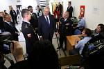 Prezident Miloš Zeman v pátek v rámci návštěvy Jihočeského kraje dorazil do Českých Velenic. Na hraničním přechodu se zajímal o práci v registračním centru.