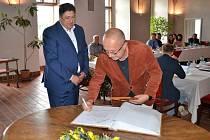 Primář ARO jindřichohradecké nemocnice, Vít Lorenc, byl oceněný starostou Janem Mlčákem za zvládnutí pandemie.