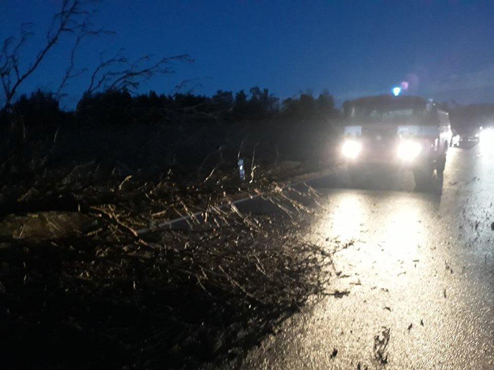 V neděli v 18:17 hodin dobrovolní hasiči ze Starého Města pod Landštejnem vyjeli směrem ke Klášteru. Strom rozřezali a uklidili komunikaci.