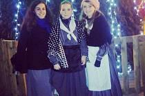 TRADICE. Amaia de la Fuente (uprostřed) si při oslavě Vánoc v rodném Španělsku obléká tradiční oděv.