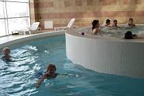 Hodina v jindřichohradeckém bazénu.