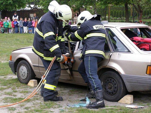 Den otevřených dveří u hasičů v Suchdole. Ukázka zásahu při dopravní nehodě.