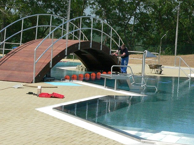 Koupaliště v Dačicích. Už 16. června se slavnostně otevřou nové venkovní bazény veřejnosti. V Dačicích tak konečně vyřeší problém s koupáním.