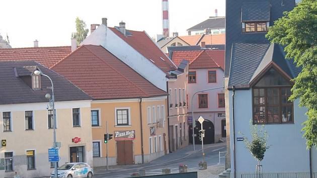 Pohled na jindřichohradeckou křižovatku u kovárny, kde cyklista na přechodu srazil chodce a ten následně zemřel.