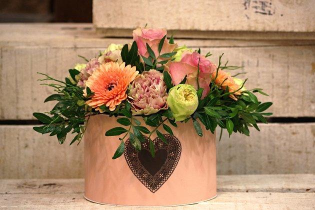 Květinový box darovaný zlásky patří kletošním valentýnským trendům. Vyhlášené třeboňské květinářství kněmu jako afrodiziakum doporučuje vynikající belgickou čokoládu.