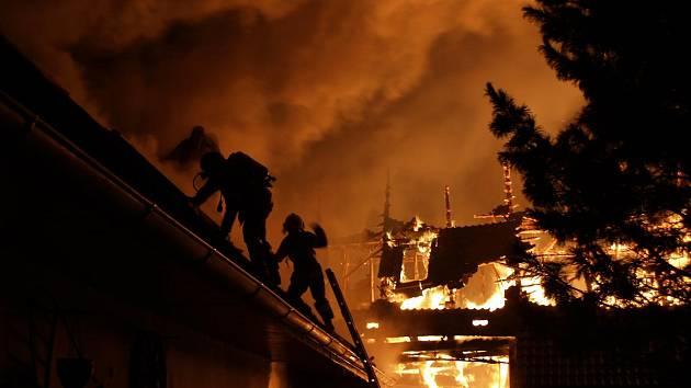 Noční požár stavení v Lovětíně na Jindřichohradecku.