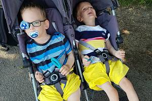 Jednovaječná dvojčata Tadeáš a Mikuláš v dubnu oslavili 3. narozeniny, oba mají mozkovou obrnu, epilepsii, nechodí ani nelezou. Za získané finanční prostředky jim rodiče pořídí rehabilitační kočár.