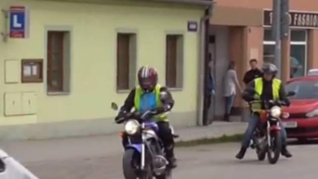 S jedním žákem autoškoly, který chce řidičské oprávnění na motocykl, teď budou vyjíždět dva stroje. Za tím totiž jede instruktor autoškoly.