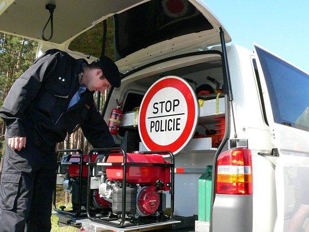 Speciálně vybavená pojízdná kancelář,  takzvaný schengenbus cizinecké policie.