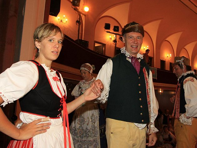Folklórní festival v Jindřichově Hradci se kvůli dešti uskutečnil v sále Střelnice.
