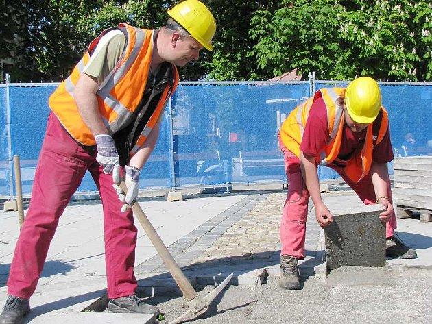 Karel Suchý a Karel Havelec (zleva) připravují plochu pro stavbu fontány na Masarykově náměstí v Jindřichově Hradci.