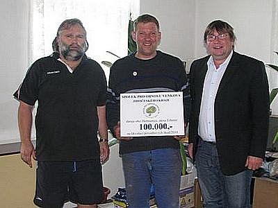 Povodňovou pomoc starostovi Heřmanic Vladimíru Stříbrnému (uprostřed) předali starosta Novosedel nad Nežárkou Filip Mencl (vlevo) a starosta  Kovářova Pavel Hroch.