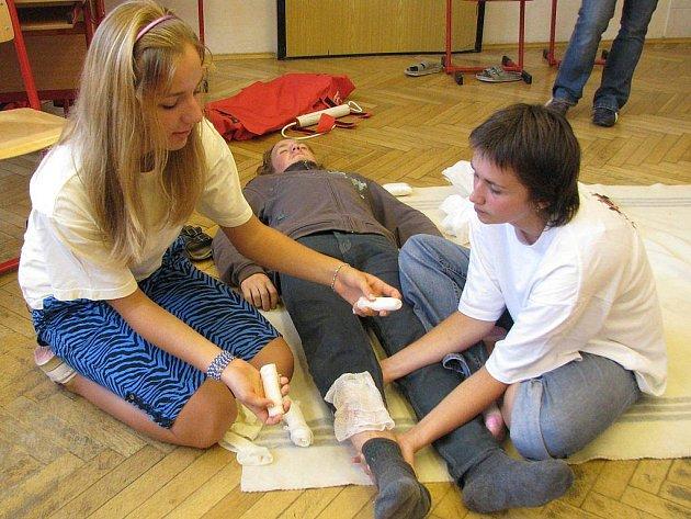 Kurz první pomoci na gymnáziu v J. Hradci.