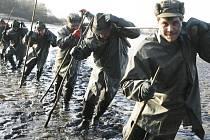 Více než pět set metráků ryb,převážně kaprů,chtějí třeboňští rybáři,během dvou dnů,vylovit z sedmdesátihektarového rybníka Schwarzenberg mezi Lomnicí nad Lužnicí a Veselím nad Lužnicí.