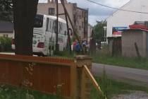 Autobus se v Hospřízi opřel o sloup elektrického vedení, když se s ním utrhla krajnice.