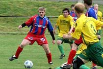 Ústřední postavou fotbalistů Rapidu Lásenice by měl být i v nadcházející sezoně technicky dobře vybavený záložník Stanislav Fila (vlevo).