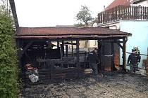 Pohled na požárem zničený dřevěný přístřešek u hotelu v Lomnici nad Lužnicí.