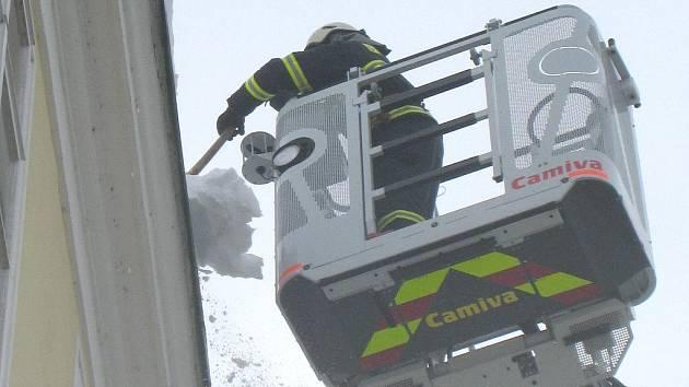 S přívaly sněhu bojují nejenom silničáři, ale i hasiči.