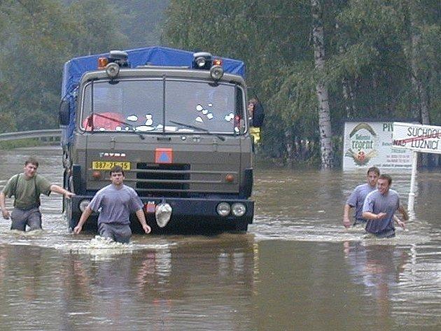 Příslušníci záchranného praporu pomáhali i při povodních v roce 2002.