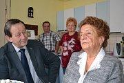 Marie Kašková oslaví 100 let, přišel jí popřát i starosta J. Hradce Stanislav Mrvka.