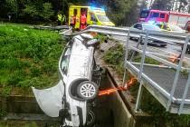 Nehoda dvou aut v Českých Velenicích si vyžádala zranění dvou osob.