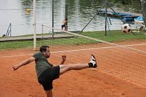 Jindřichohradecká plovárna hostila turnaj trojic v nohejbalu.