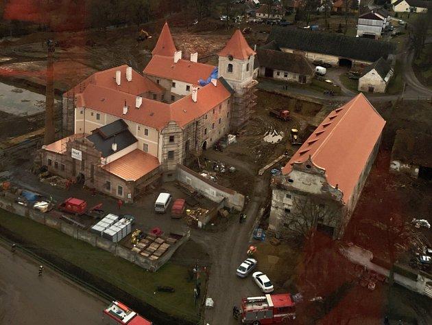 Letecký pohled na zámek v Písečném, kde se stal vážný pracovní úraz.