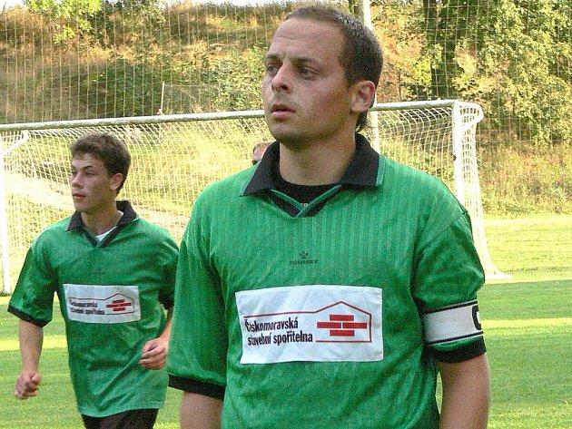 Fotbalistům Nové Včelnice se úvodní vystoupení v novém ročníku I. B třídy příliš nevydařilo, když na domácím trávníku po špatném začátku podlehli Ševětínu 1:3.  Příliš důvodů k úsměvu tak neměli záložník Tomáš Cypra (vpravo) ani obránce Michal Pivko.