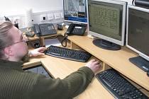Pracovníci jindřichohradecké firmy Elzy, kteří obsluhují pult centrální ochrany, mají na monitorech jako na dlani sledované objekty. Na snímku je technik Miroslav Kapusta.
