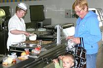"""Do školní jídelny při 2. ZŠ nechodí jen tamní žáci, kuchařka Marie Hrbková vaří i pro lidi z okolí, například Jaroslavu Kudrnovou s vnoučkem Danielem Fořtem. """"Jsem spokojená, chodím sem denně. Vaří tady dobře,"""" říká seniorka, která zde sama 20 let vařila."""