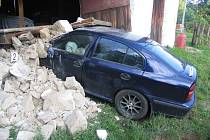 Auto ve Staňkově projelo do stodoly.