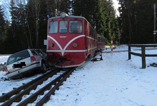 Střet osobního auta s vlakem na přejezdu úzkokolejky u Hůrek na Novobystřicku.