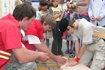 Členové jindřichohradeckého červeného kříže při ukázkách první pomoci.